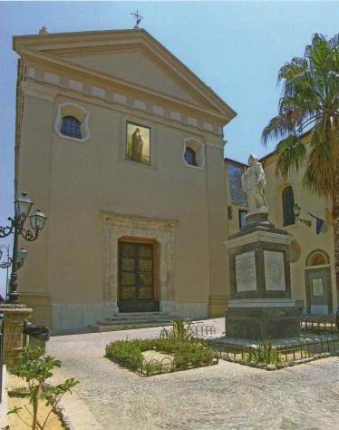 Ecco(forse) come era la facciata della chiesa di San Francesco nel 1584. (dentro la cornice di tufo San Francesco che benedice la Calabria)
