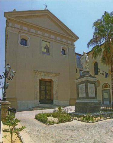 Ecco come oggi è la facciata della chiesa di San Francesco.(sostituito il dipinto con un mosaico del Santo nel 1958)