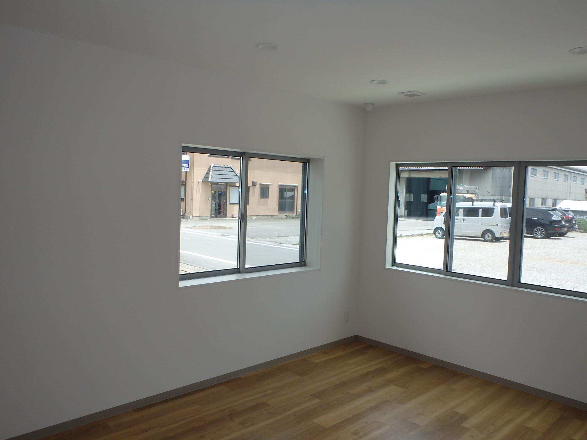 会議室 大きな窓を設置 事務所同様フリーアクセスフロア採用
