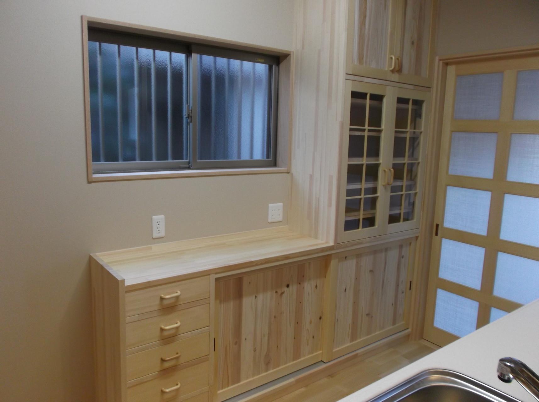 キッチンの後ろの収納棚 もちろん大工造作の造付家具