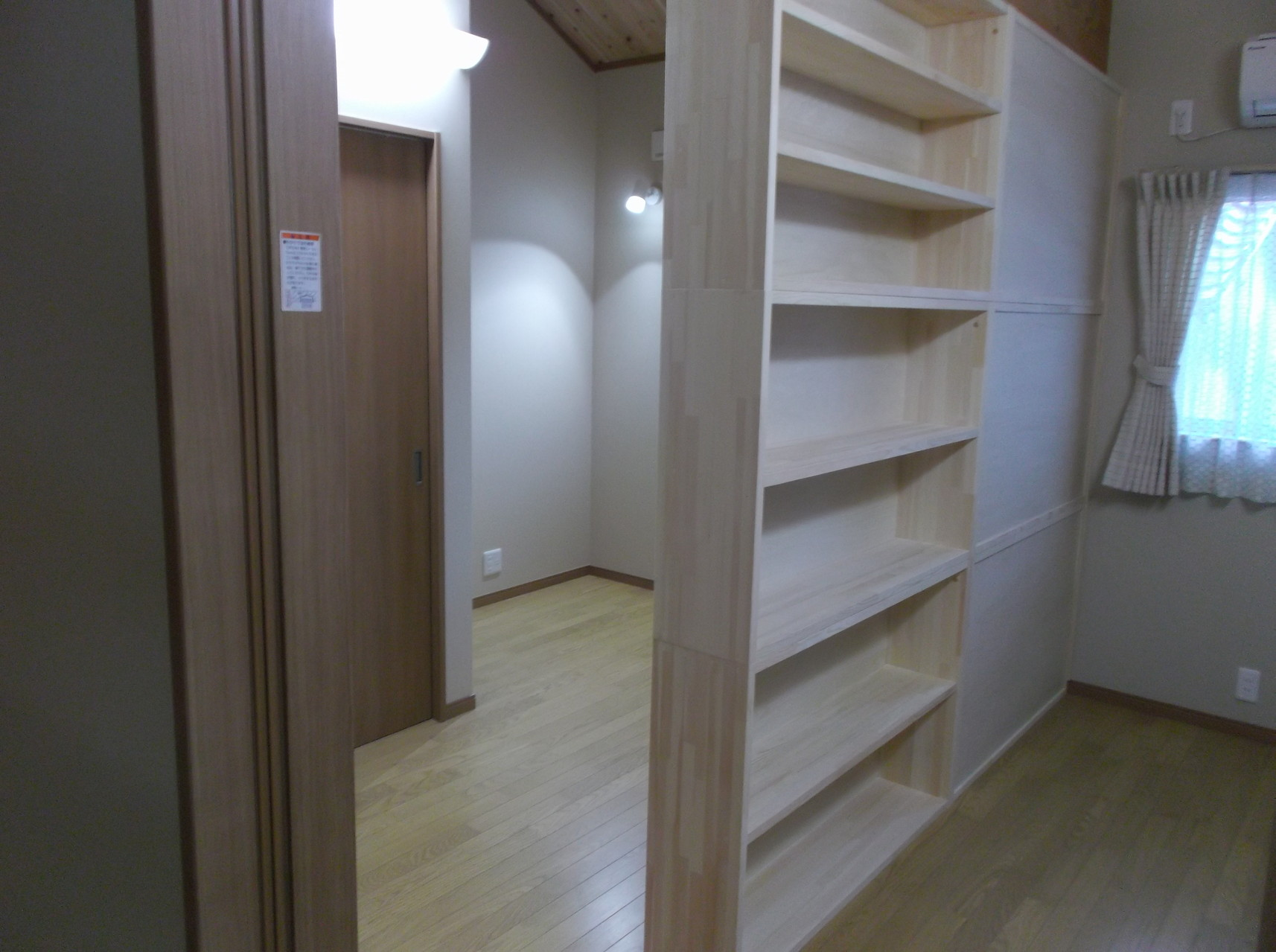 子供部屋を仕切る可動式収納棚