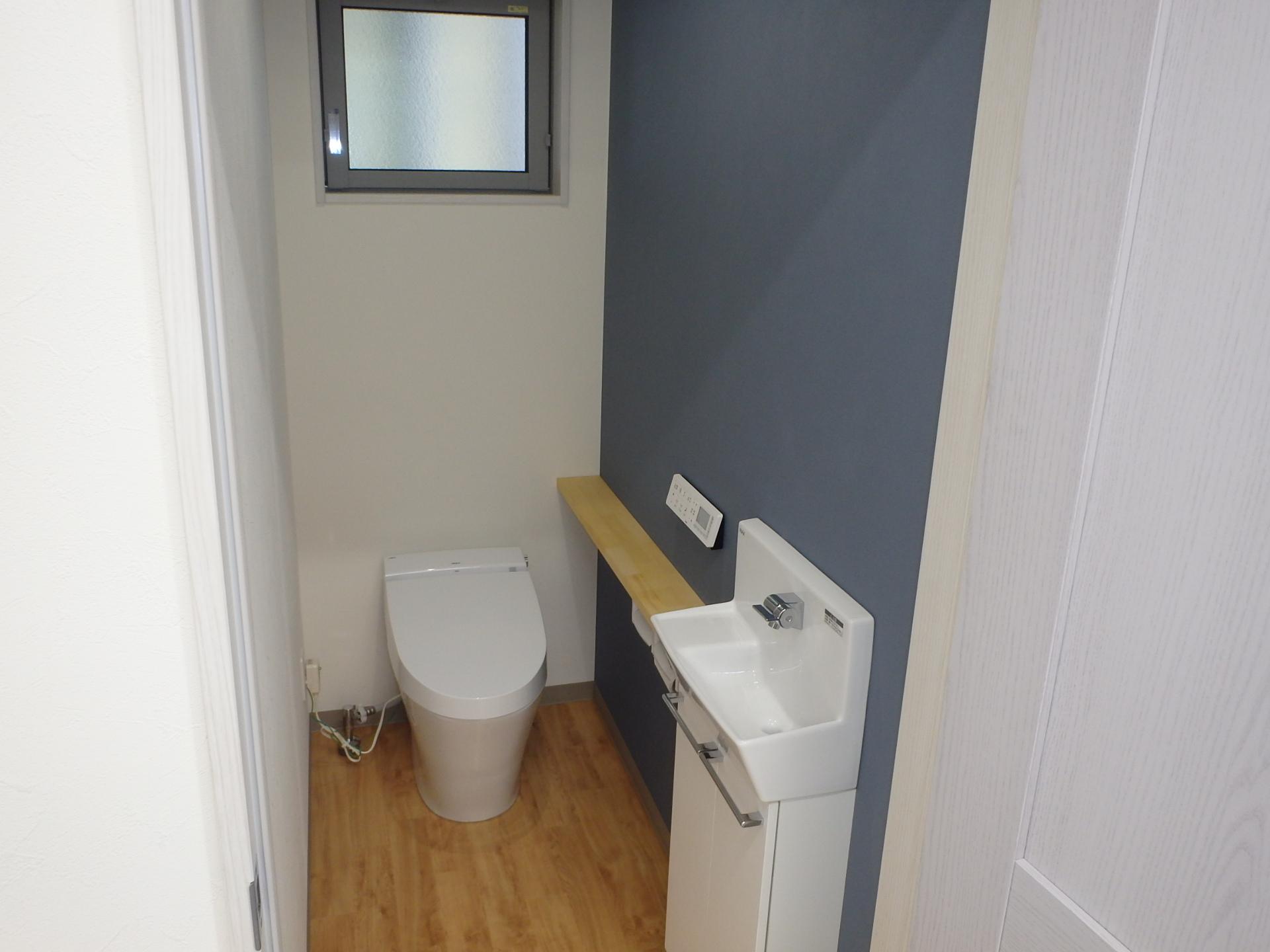詰所 トイレ2か所設置。カウンターは造作1品もの。