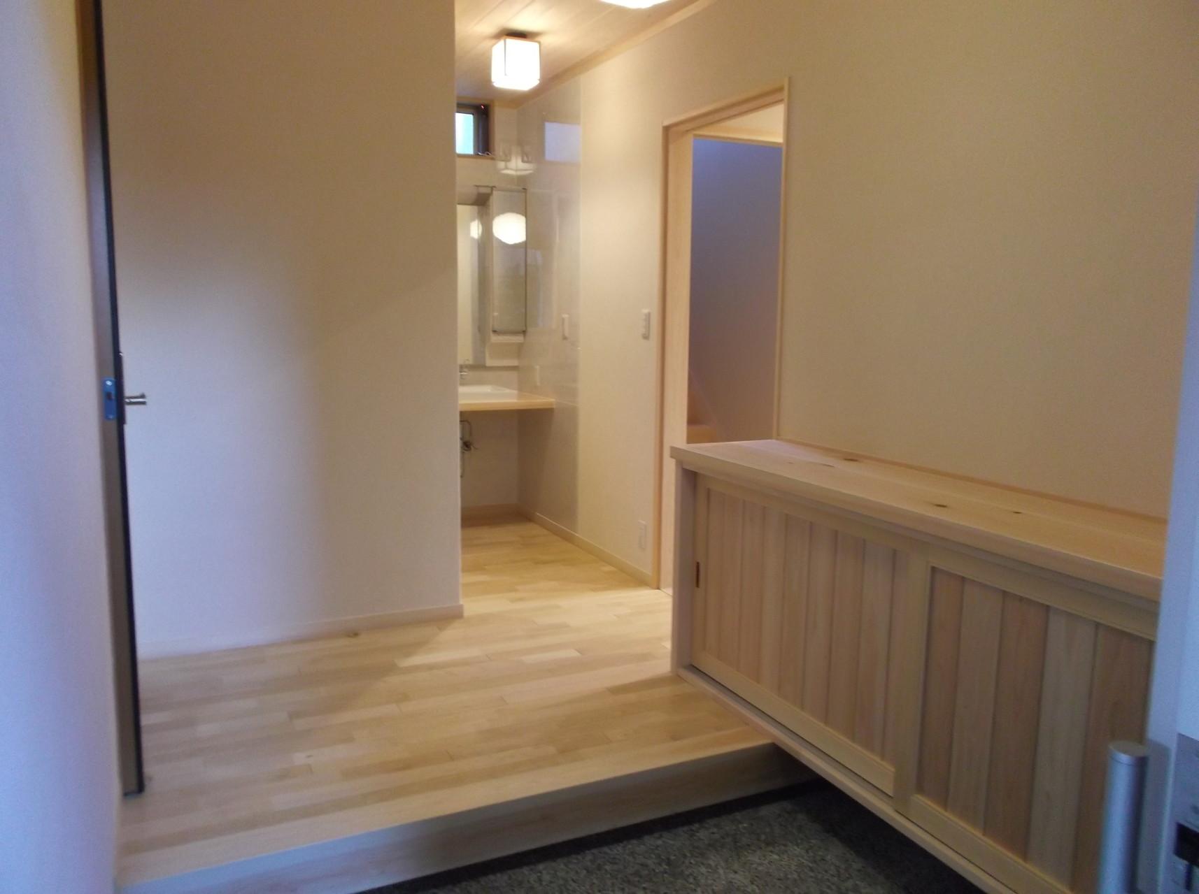 玄関ホール 無垢の材料の良さを最大限に引き出す