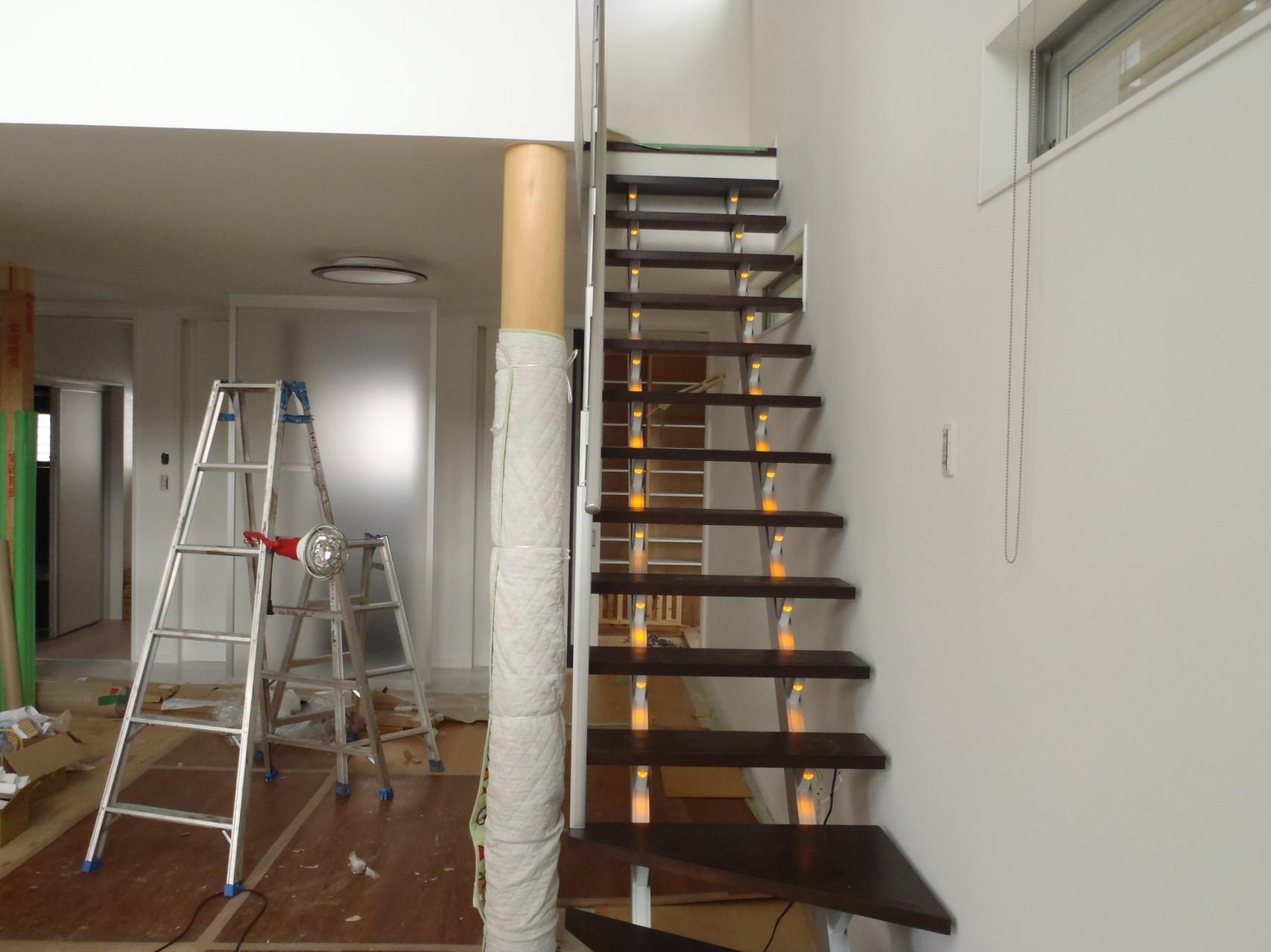 リビング 階段 LED照明がやさしく足元を照らします