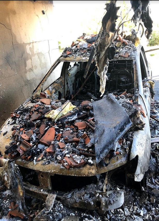 Le feu est parti du garage de droite