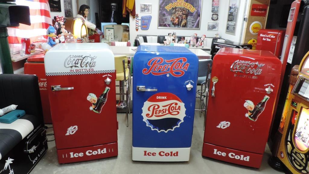 Retro Kühlschrank American Style : Amerikanischer kühlschrank mit gefrierfach stockfoto bild