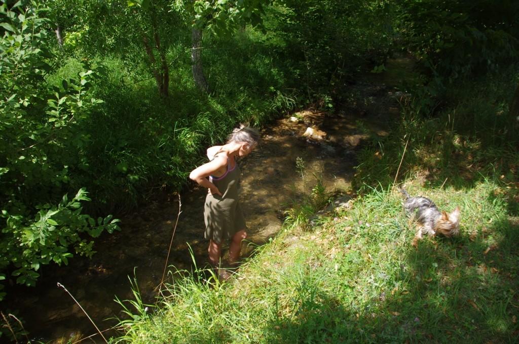 Les pieds dans l'eau du ruisseau du monastère.