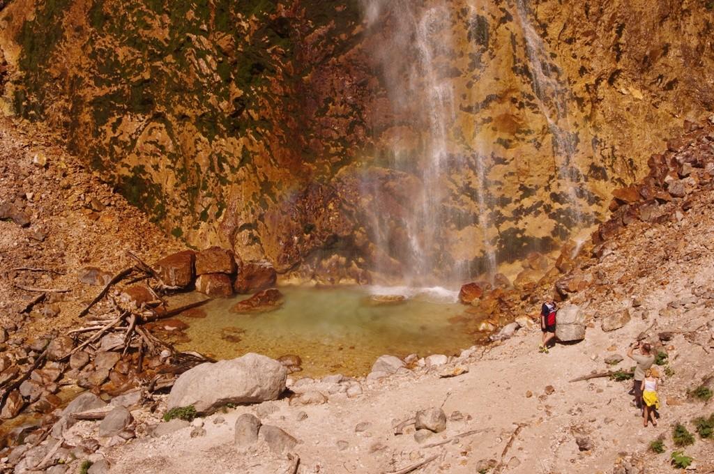 Le lac où se déverse la cascade