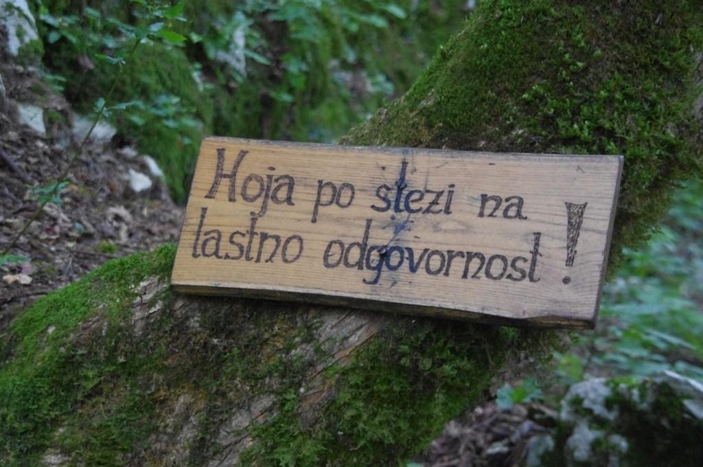 Marcher sur le chemin à vos risques et périls, vers la grotte de Poltarica