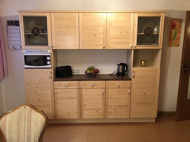 Küche mit Küchenschrank
