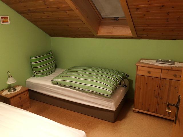 Kinderzimemr mit zwei Einzelbetten und einer Kommode