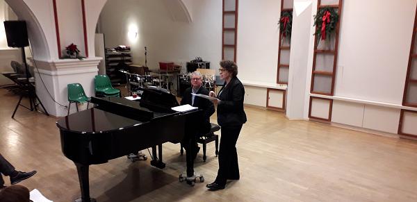 Die 1. Vorsitzende der DIG Mittelhessen e.V. Rita Schneider-Cartocci begrüßt die Anwesenden. Am Klavier der Leiter der Musikschule Wetzlar Thomas Sander.