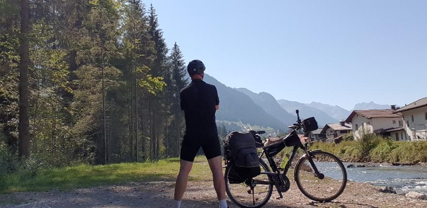 An der Trettach - Blick auf Alpen und Schanzen