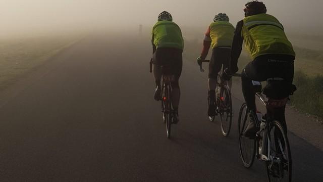 Radfahrer bereiten sich vor auf die Fernfahrt Paris-Brest-Paris. (Foto: Sebastian Herrmann)
