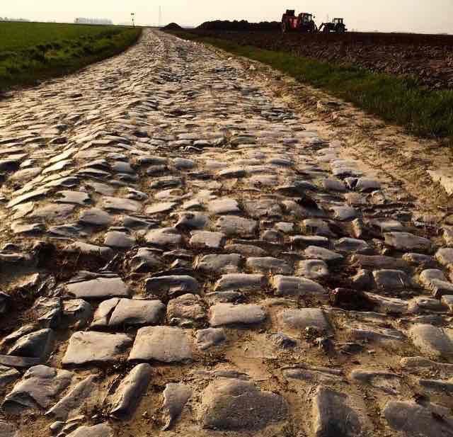 Paris-Roubaix (PR)   Deshalb beklagt Euch nicht wegen ein paar Kieselsteinchen bei unseren Brevets Zuhause. Das Lieblingsvelorennen von Thomas bietet in Frankreich (siehe Bild) altehrwürdige Holperpisten.