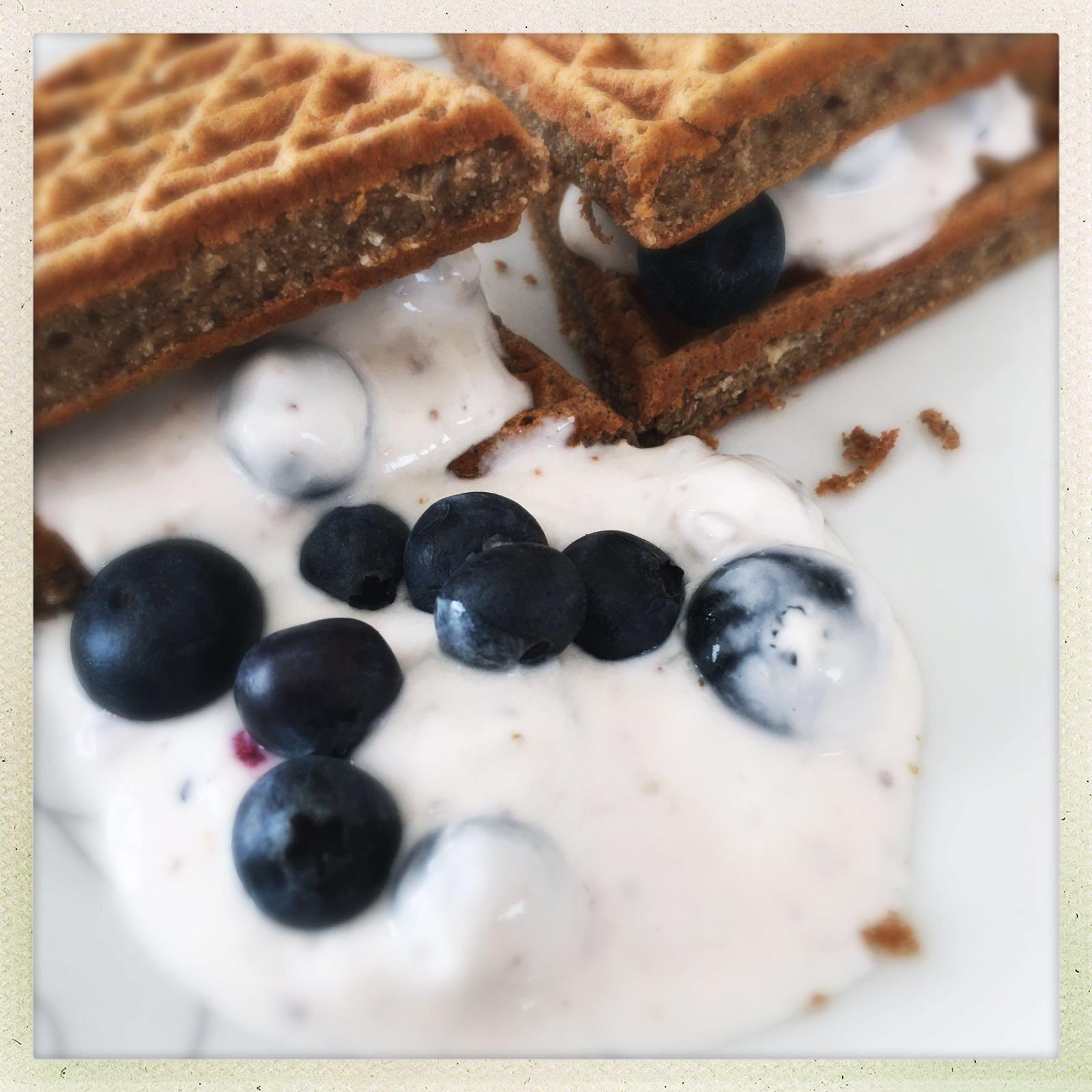 Low Carb Pancake mit Joghurt und Heidelbeeren/Früchten