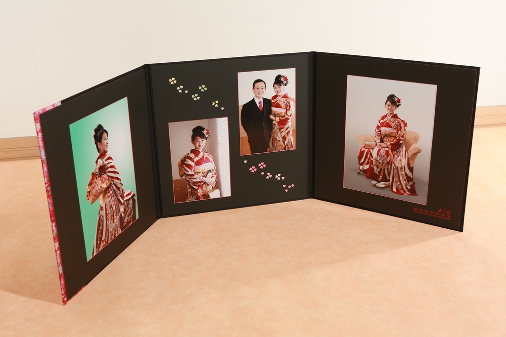 3面に4ポーズ貼り 3面にもできます 黒マットが写真を引き立てます。明るいクリーム色も