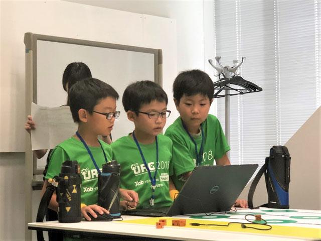 SmileYellow 3人でプログラミングをしている写真
