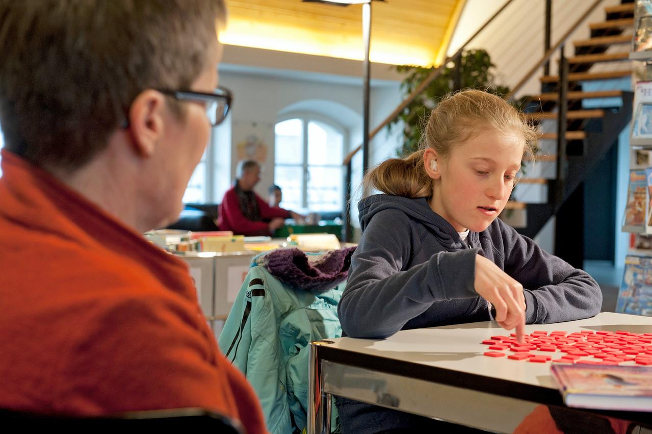 Lesestunde in der Bibliothek: Spiele und Sprachspiele sind eine willkommene Abwechslung