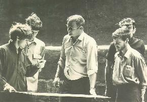 Bill che addestra alcuni giovani studenti sulla nave