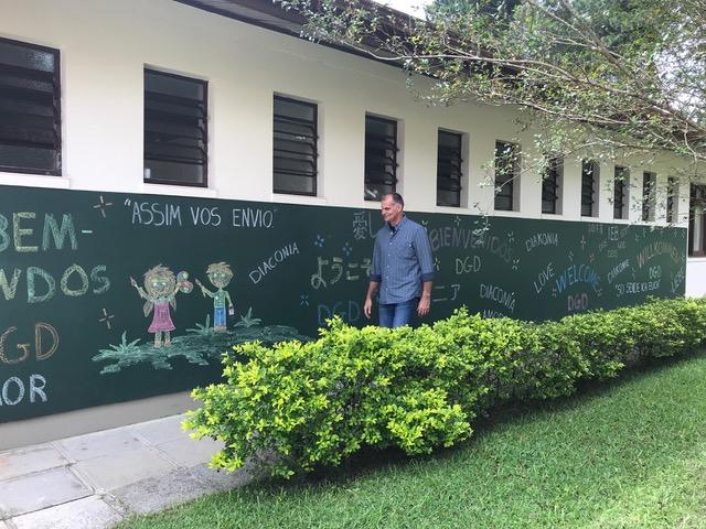 小学校の壁に色々な言語でお出迎えの言葉を書いてくれました。