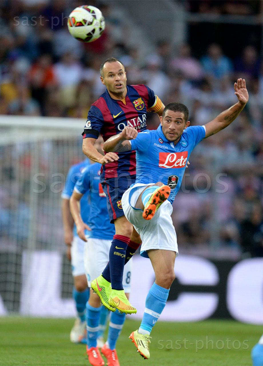 Andres Iniesta Lujan (L. Barcelona) gegen Walter Gargano (Napoli)