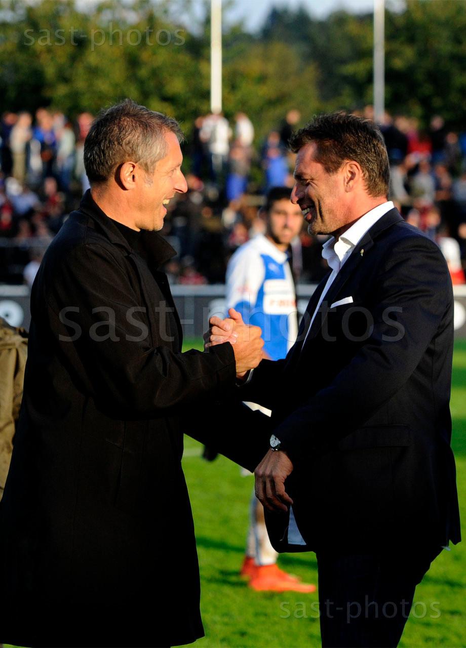 Praesident Stephan Anliker (L. GCZ) gratuliert Trainer Michael Skibbe (GCZ) zum Sieg