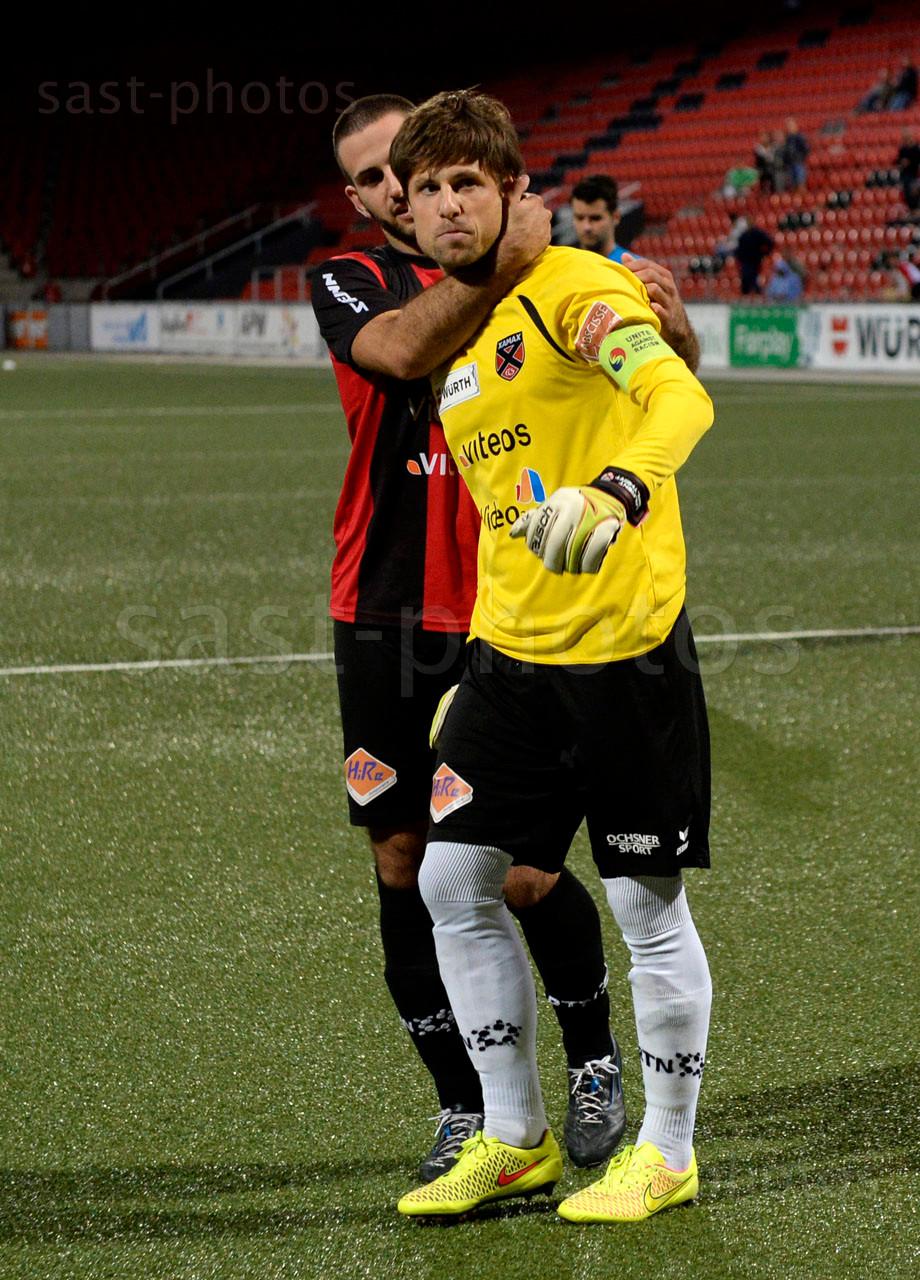 Loic Chatton und Torhueter Laurent Walthert (beide Xamax FCS) nach dem Spiel