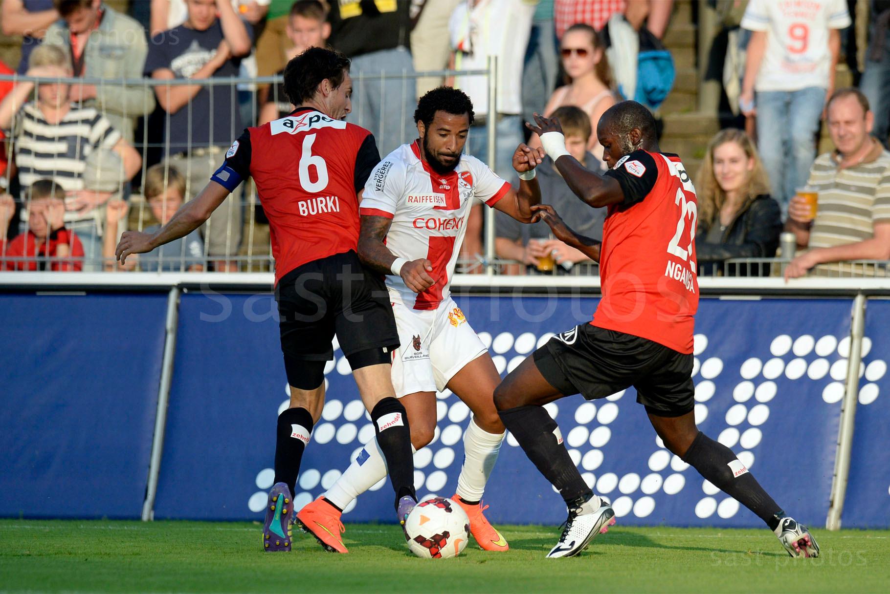 Carlitos (Sion) gegen Sandro Burki (L. Aarau) und Igor Nganga (Aarau)