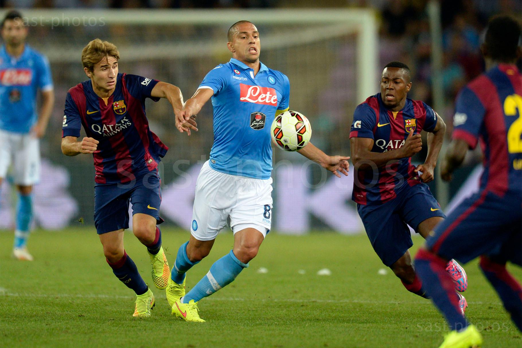 Gokhan Inler (Napoli) gegen Sergi Samper (L. Barcelona) und Adama Traore (Barcelona)