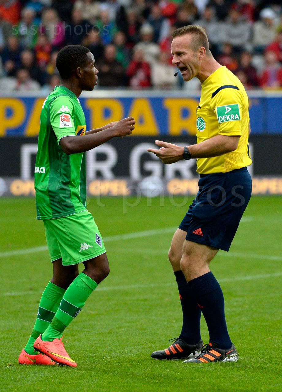 Ibrahima Traore (L. Gladbach) und Schiedsrichter Peter Gagelmann