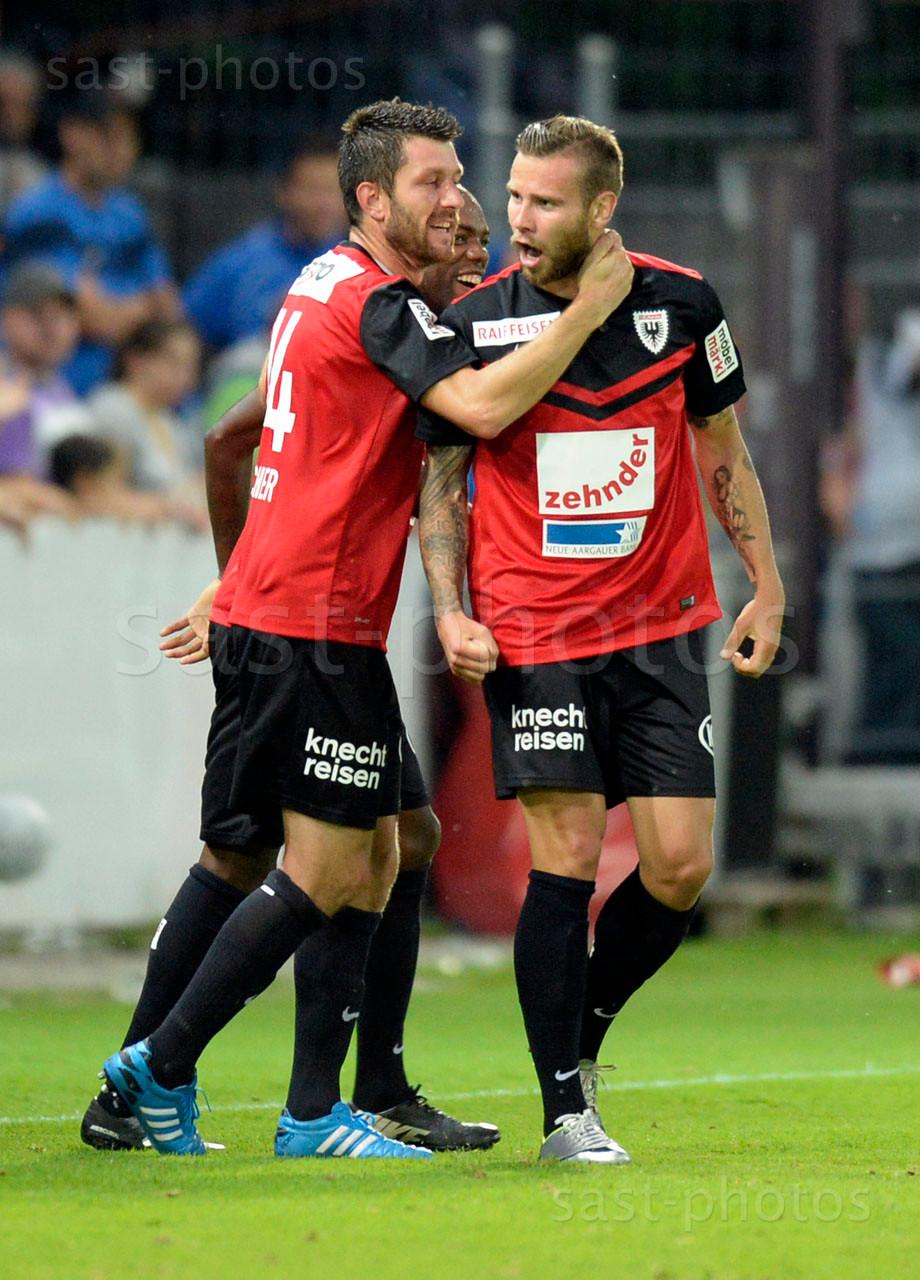 Sven Luescher (Aarau) Kim Jaggy (Aarau) und Torschuetze Edgars Gauracs (Aarau) zum 1:0