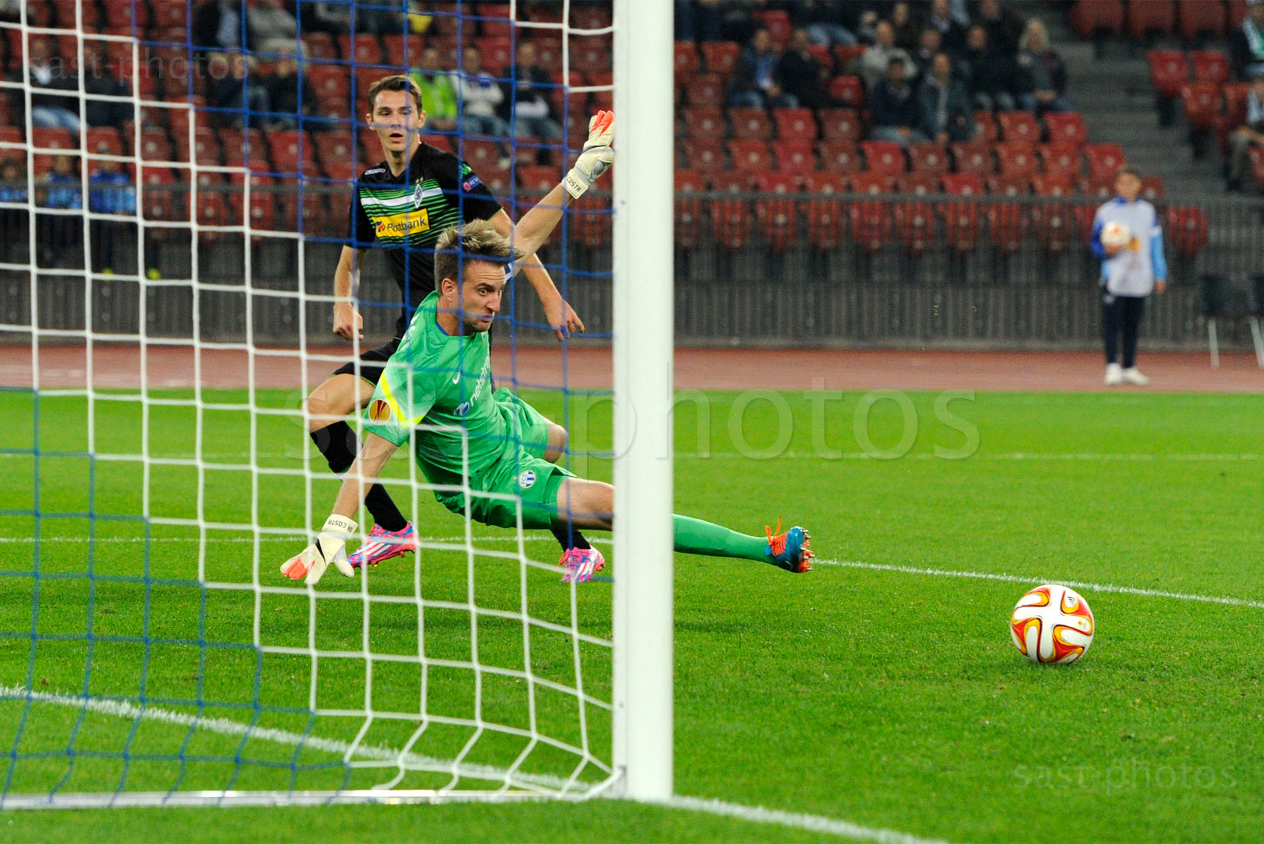 Branimir Hrgota (hinten, Gladbach) gegen Torhueter David Da Costa (FCZ)
