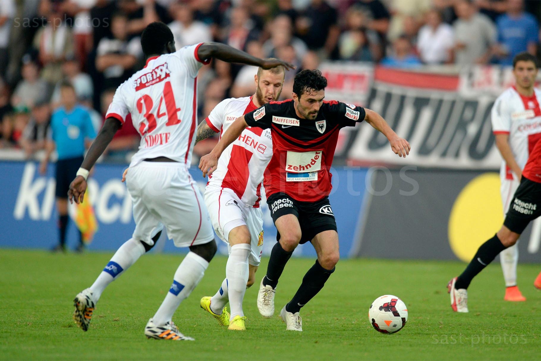 Luca Radice (Aarau) gegen Birama Ndoye (L. Sion) und Matteo Fedele (Sion)