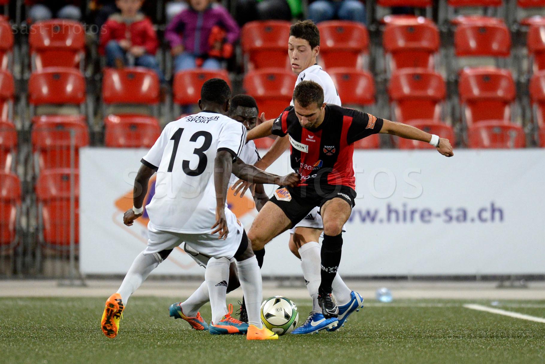 Marco Delley (Xamax FCS) gegen die Carouge Spieler Milton Kusunga, Rolling Iyeti und Stephane Pais