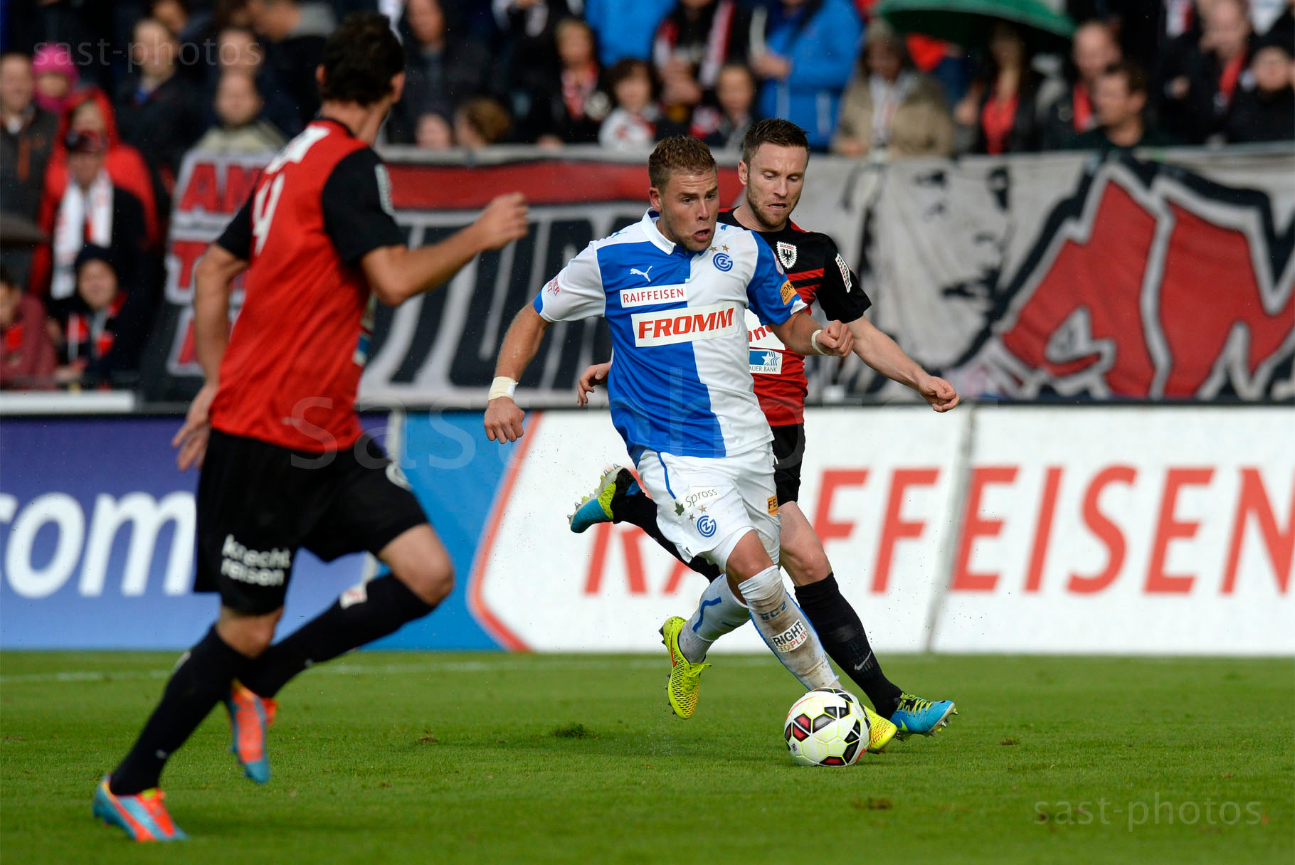 Yoric Ravet (GCZ) gegen Juan Pablo Garat (L. Aarau) und Alain Schultz (Aarau)