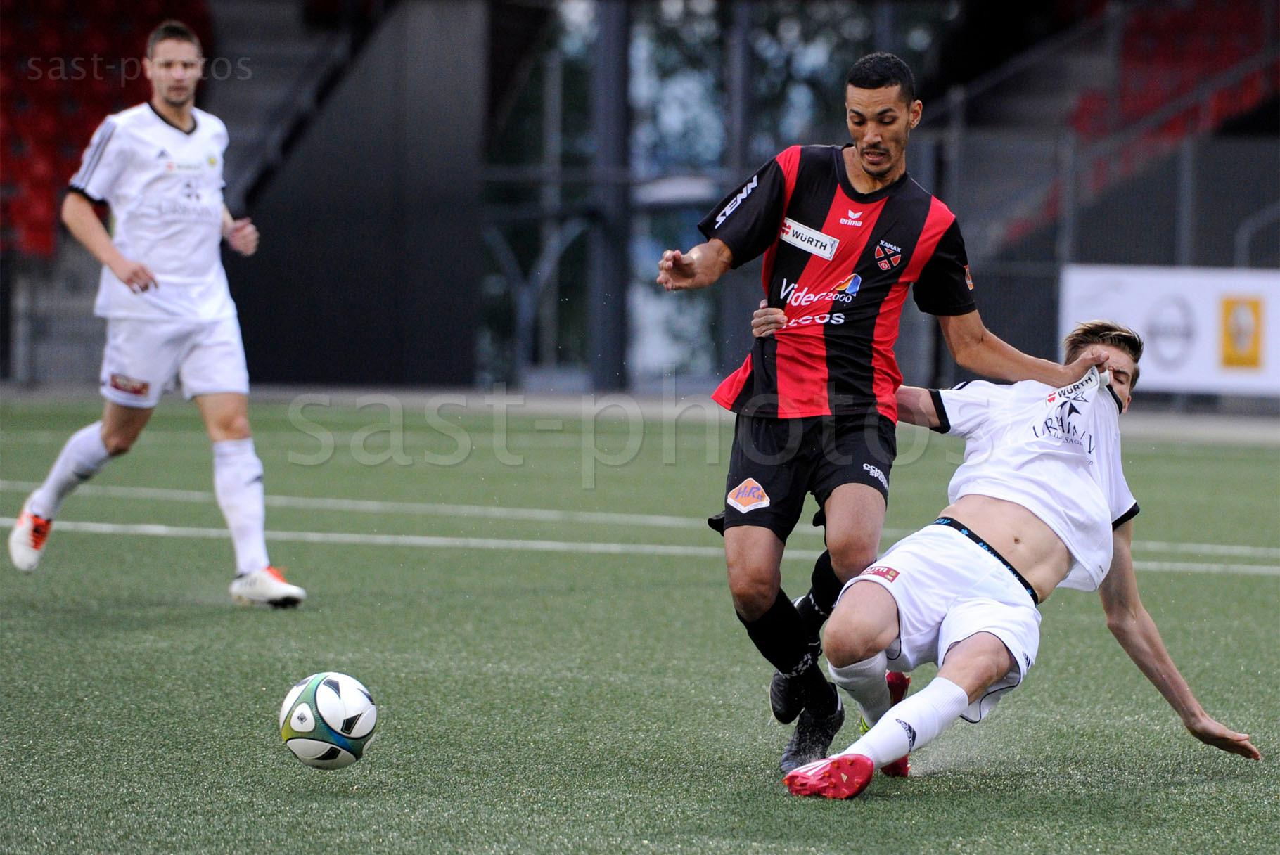 Yassine El Allaoui (L. Xamax FCS) gegen Alexandre Infante (Carouge)