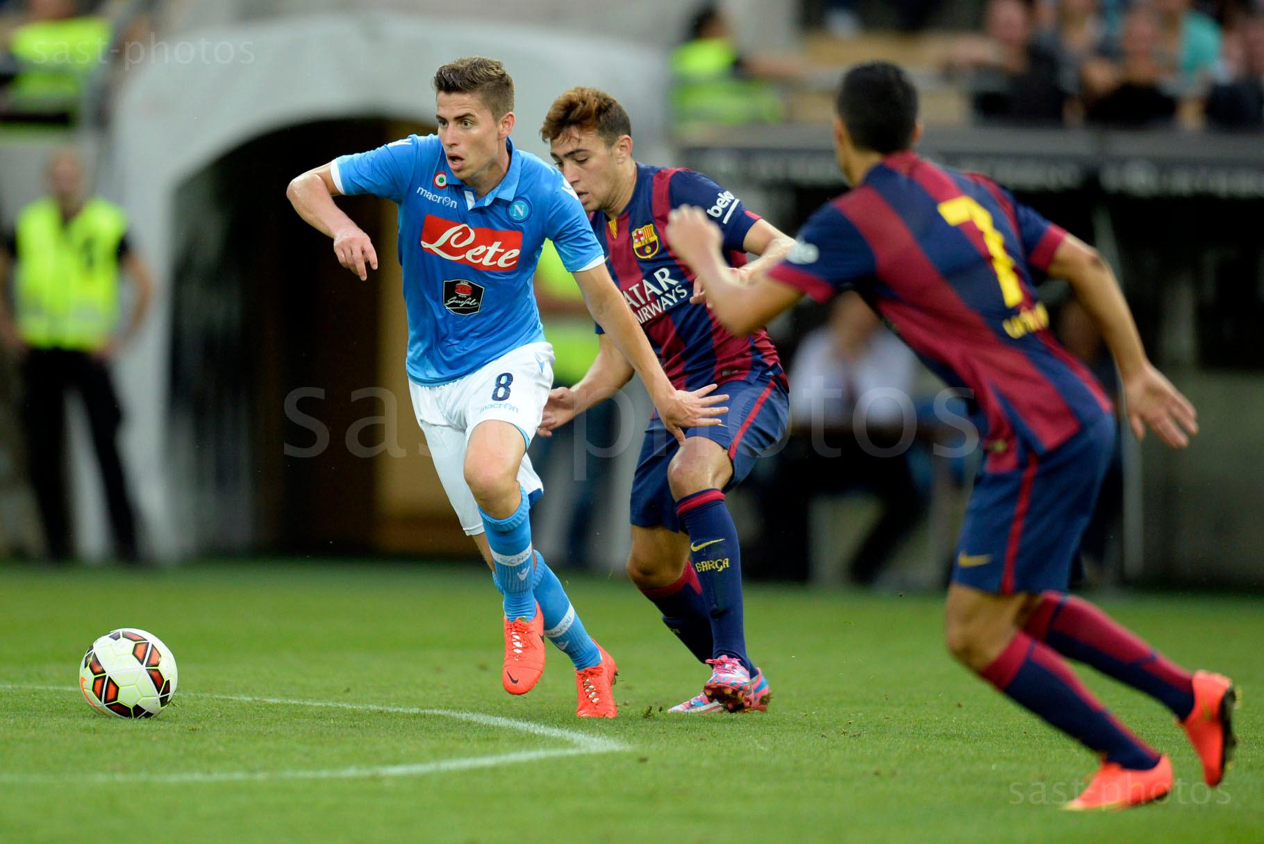 Jorge Luiz Frello Jorginho (Napoli) gegen Jordi Alba Ramos (M. Barcelona) und Pedro Rodriguez Ledesma (Barcelona)