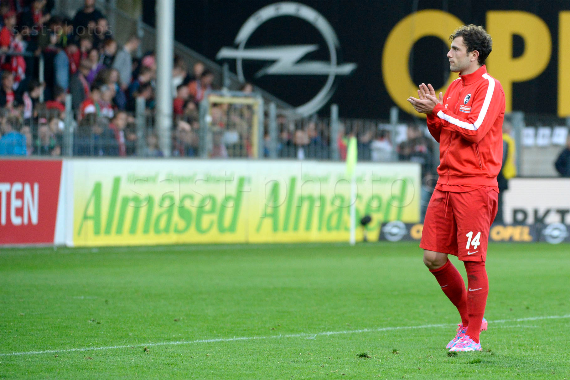 Admir Mehmedi (Freiburg) bedankt sich bei den Fans nach dem Spiel