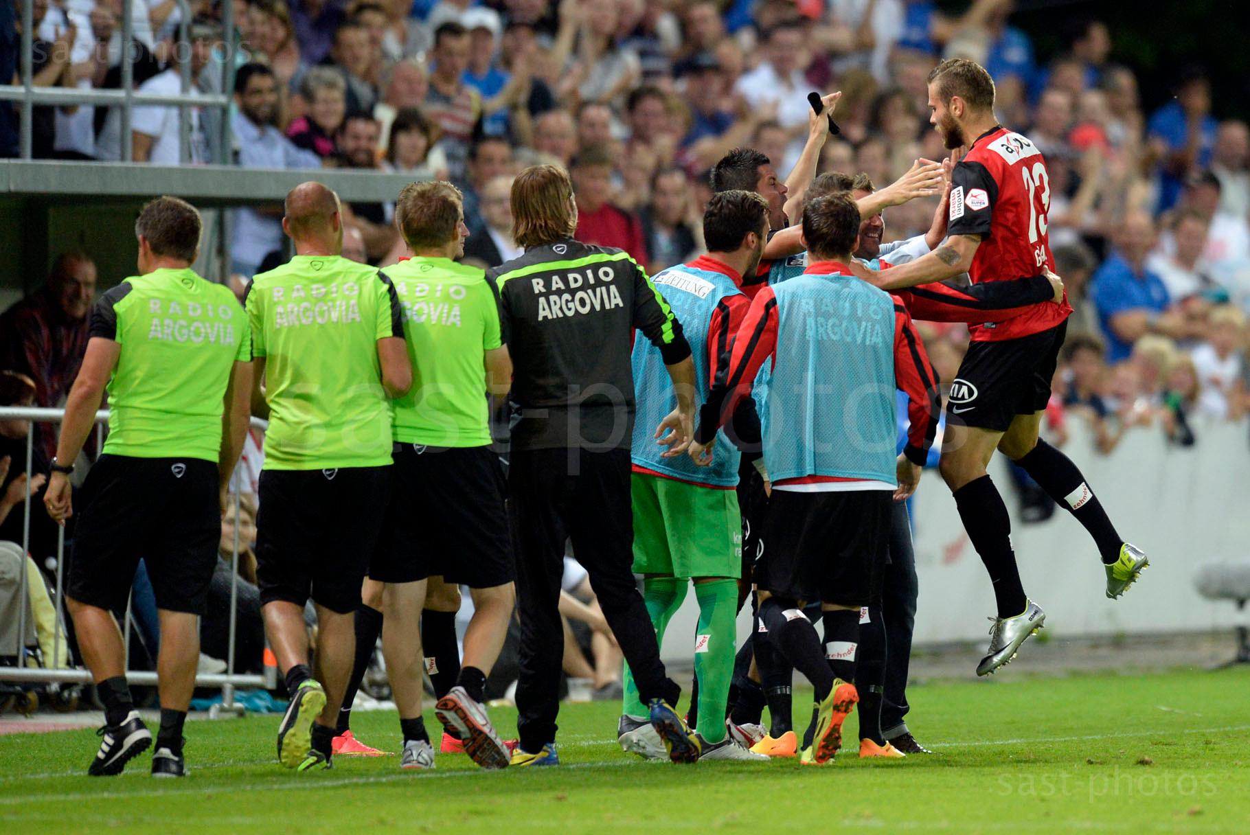 Torschuetze zum 1:0 fuer Aarau Edgars Gauracs (R. Aarau) jubelt mit den Mitspieler
