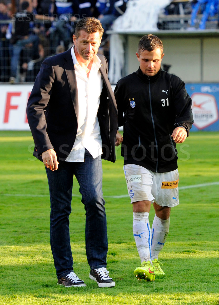 Trainer Michael Skibbe (L. GCZ) und Amir Abrashi (GCZ) nach dem Spiel erleichtert