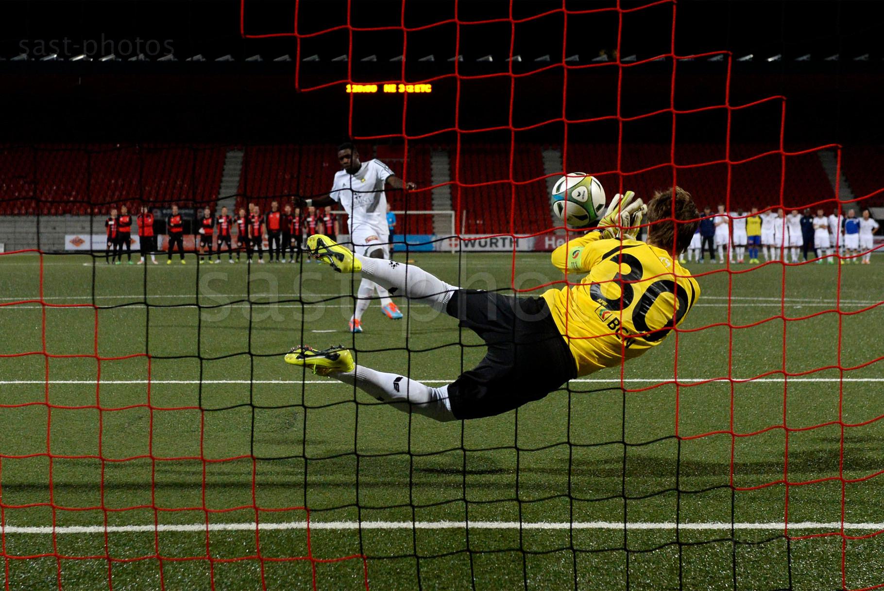 Torhueter Laurent Walthert (Xamax FCS) haelt den entscheidenden Penalty von Islin Ntongo (Carouge)