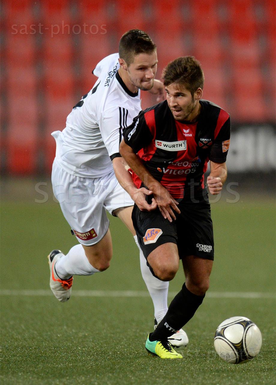 Jonathan Lara (Xamax FCS) gegen Mickael Doudet (L. Carouge) und Milton Kusunga (Carouge)