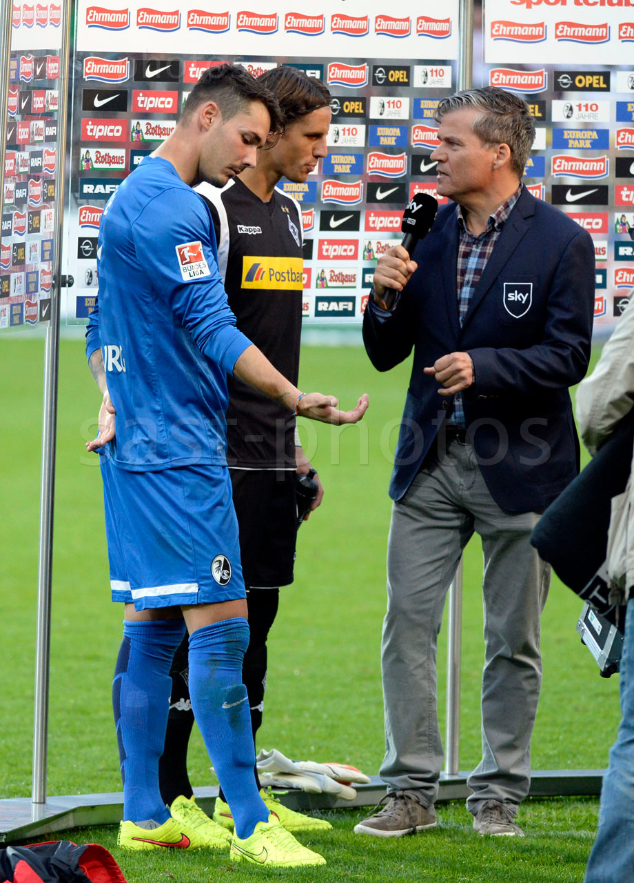Torhueter Roman Buerki (L. Freiburg) und Torhueter Yann Sommer (Gladbach) bei einem Sky-Reporter nach dem Spiel
