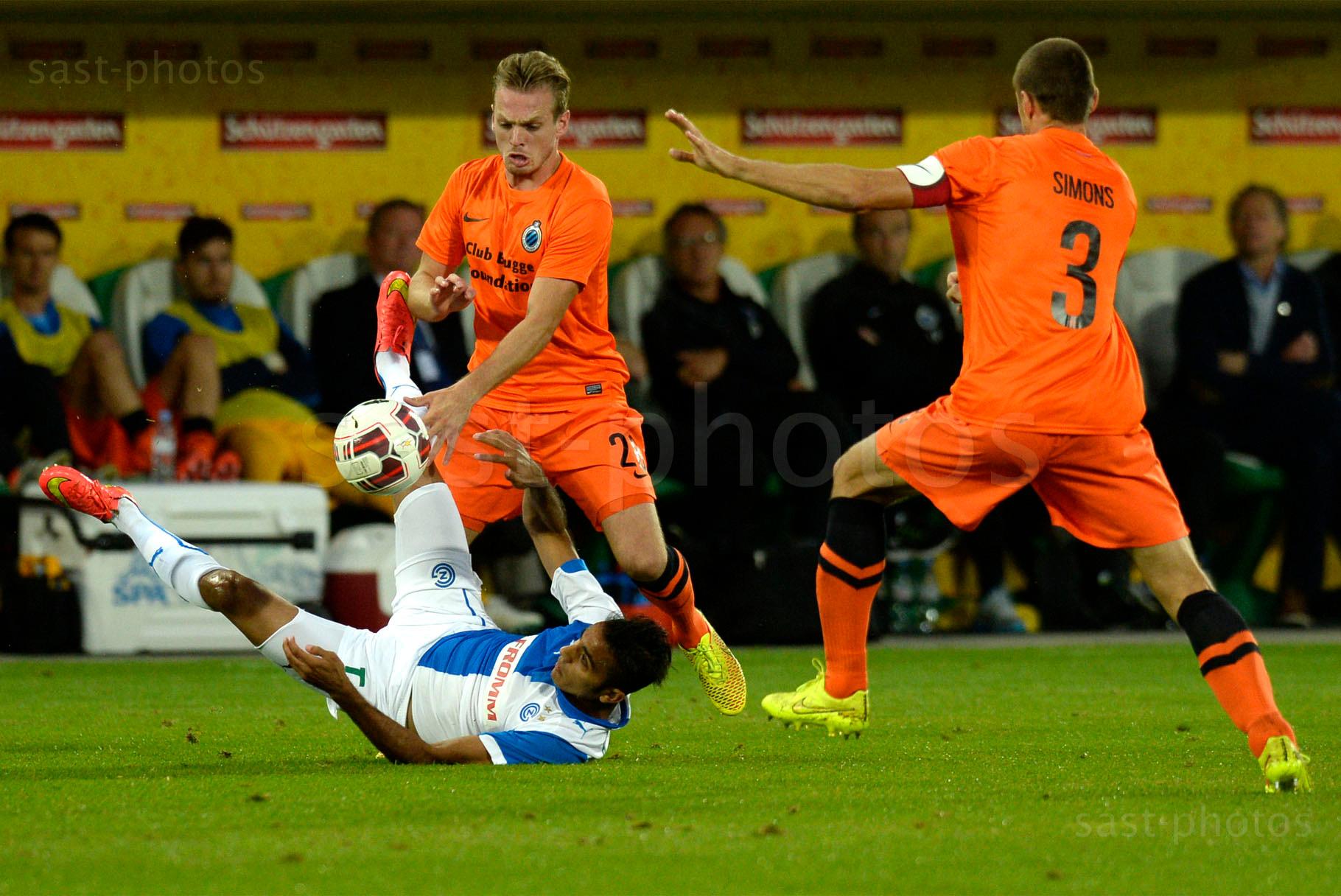 Mahmoud Kahraba (L. GCZ) gegen Laurens De Bock (Brugge) und Timmy Simons (Brugge)
