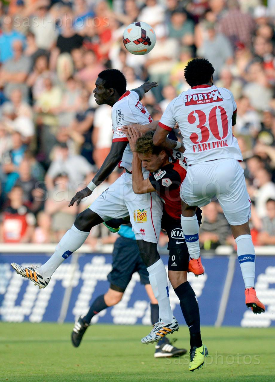Olivier Jaeckle (Aarau) gegen Birama Ndoye (L. Sion) und Carlitos (Sion)