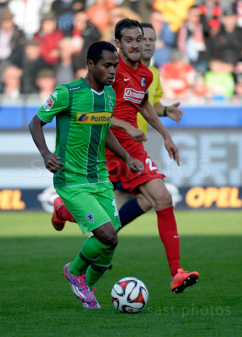 Ibrahima Traore (L. Gladbach) gegen Julian Schuster (Freiburg)