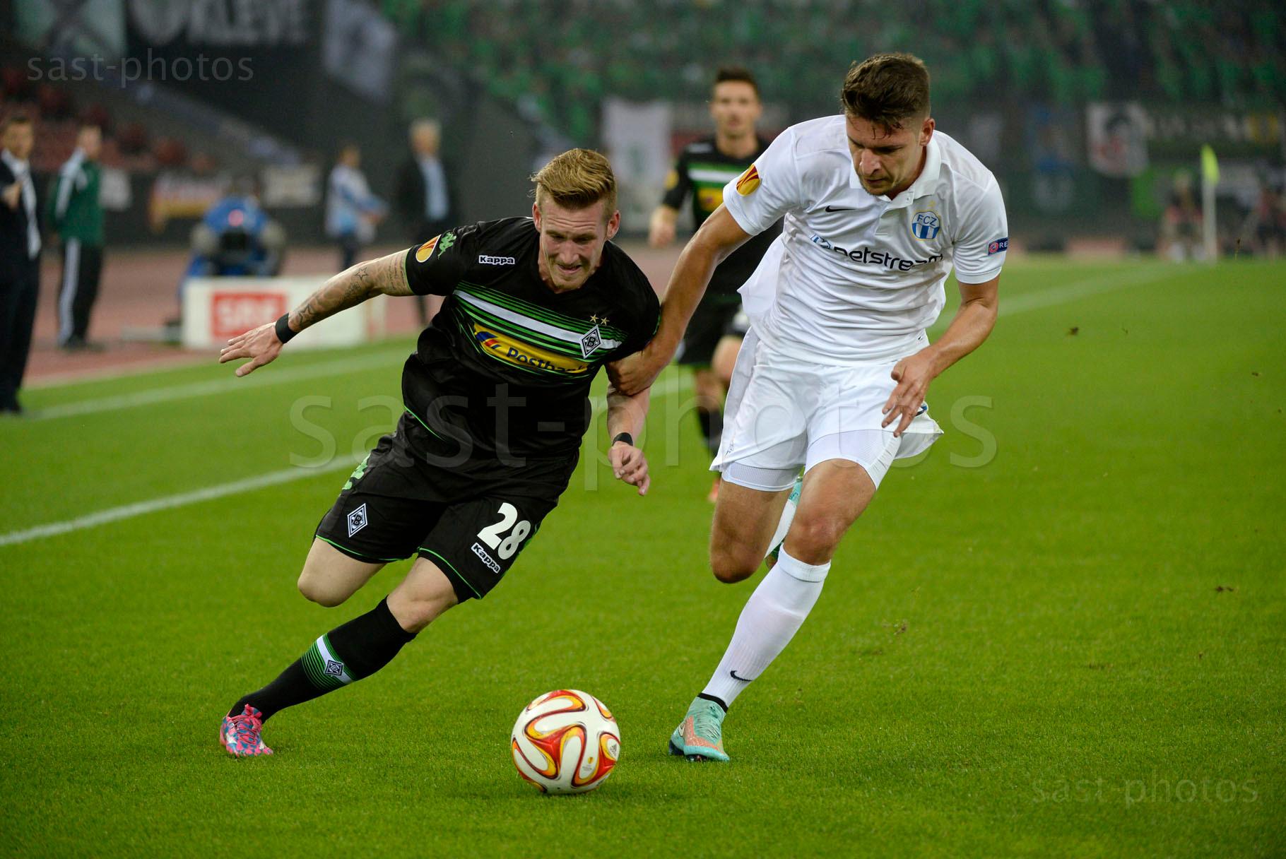 Andre Hahn (L. Gladbach) gegen Berat Djimsiti (FCZ)
