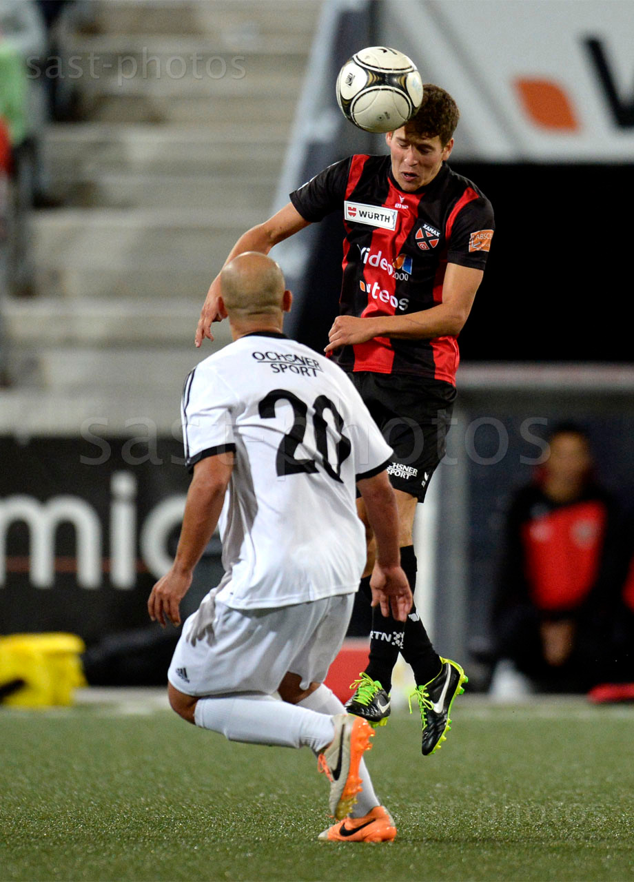 Karim Robin (L. Carouge) gegen Mael Erard (Xamax FCS)