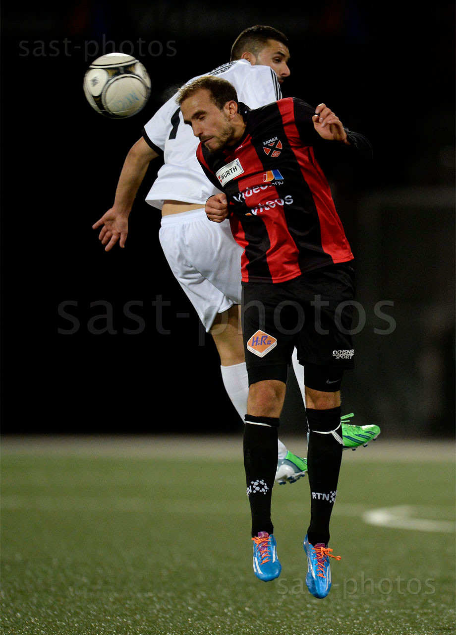 Julien Bize (Xamax FCS) gegen Alexandre Valente (Carouge)